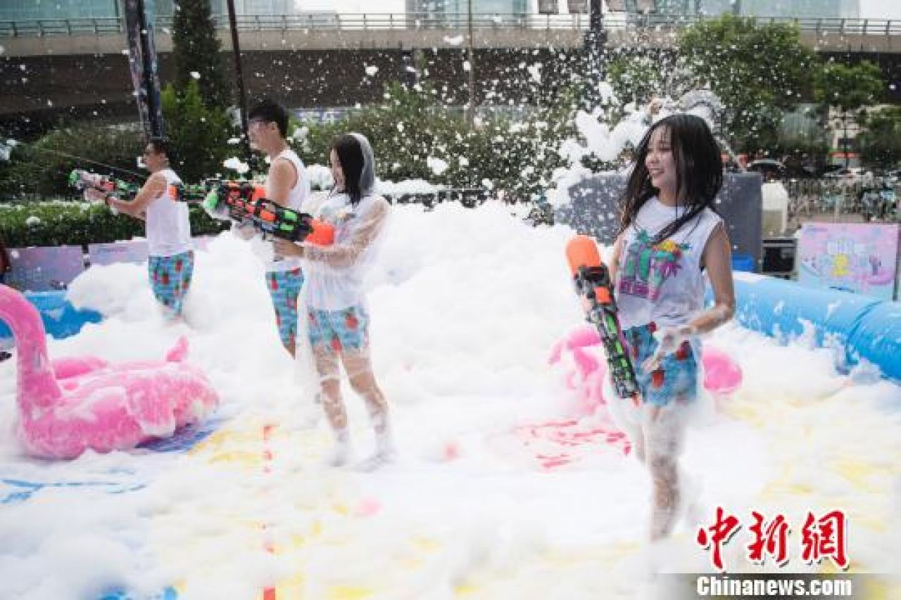 Lovers in Taiyuan, Shani Province attending a bubble battle game to celebrate the Qixi Festival.