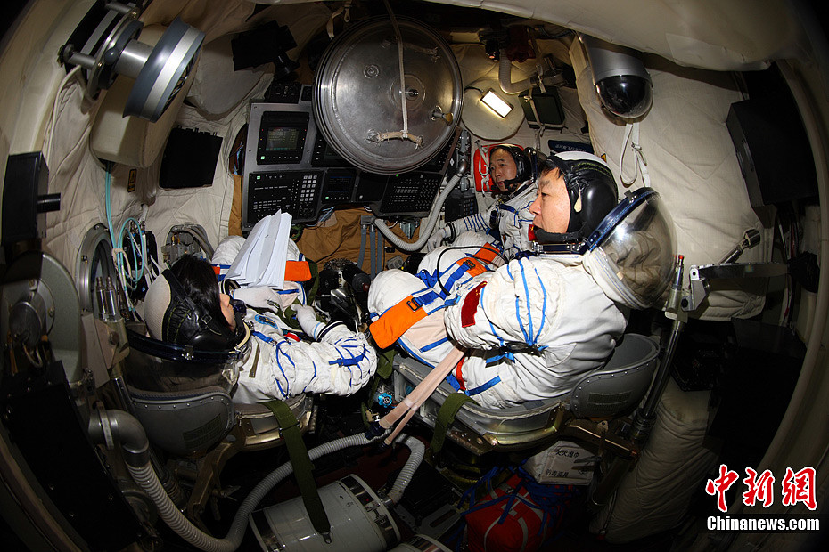 Shenzhou-9 crew in training.