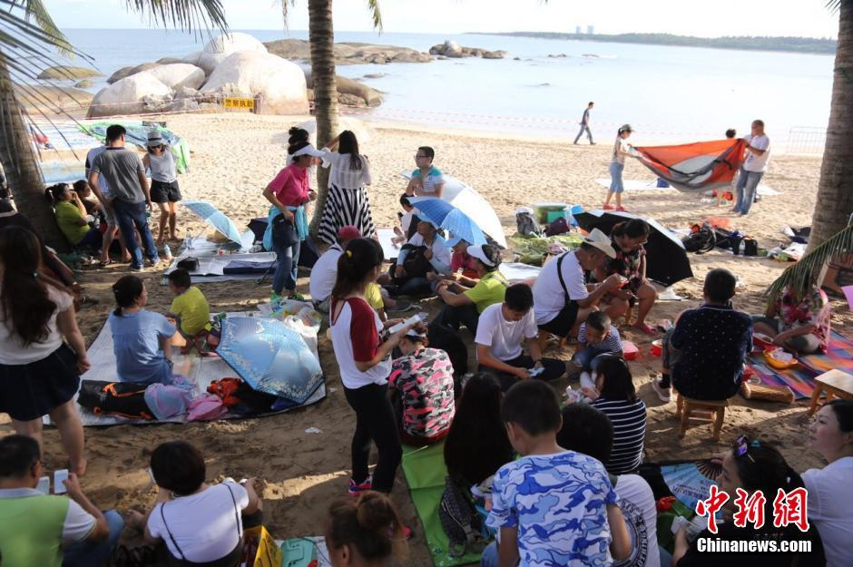 Tourists on Hainan beaches awaiting launch of the first Long March 7 (CNS).