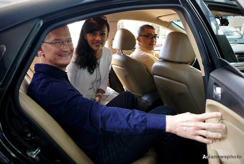 Apple's CEO Tim Cook and Didi Chuxing's President Jean Liu shared a taxi ride in Beijing on Monday. (Photo: China Daily)
