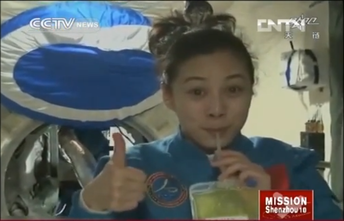 Wang Yaping demonstrates physics in space to school children back on Earth in June 2013.