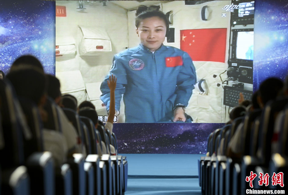 Wang Yaping delivers a lecture to school children from Tiangong-1 on June 20, 2013.