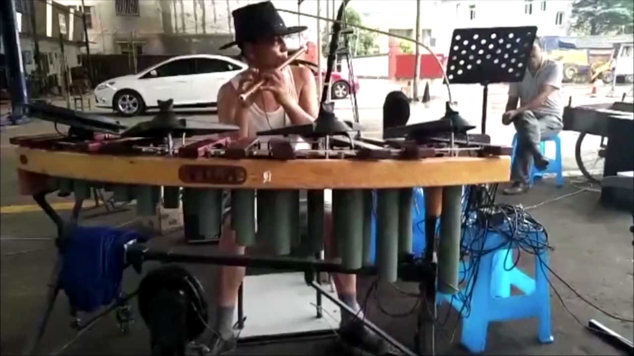 Chinese one-man band plays a dozen musical instruments