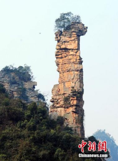 Naked Chinese 'Spider-Man' scales 100-meter cliff