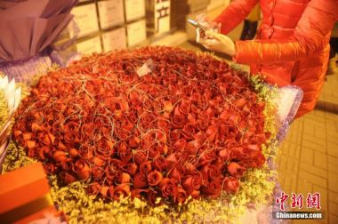 Man spends 20,000 yuan to buy 999 roses for girlfriend