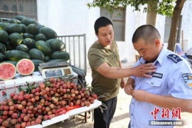 Street vendor, chengguan spend day in others' shoes