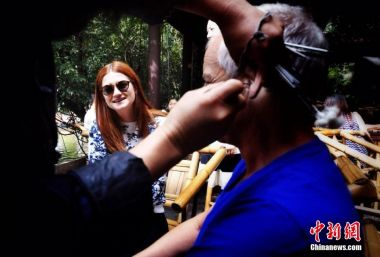 'Harry Potter' star hugs pandas and has 'ears cleaned' in Chengdu