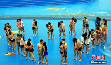 Underwater kissing contest held in Shanghai