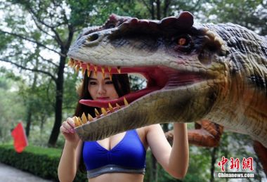 Park holds 'dinosaur lifting' contest to lure visitors