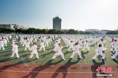 'Million' tai chi enthusiasts try to smash world record