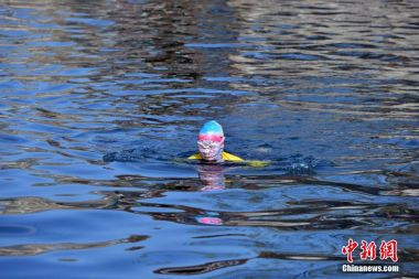Not taking any chances- Woman wears facekini to go winter swimming