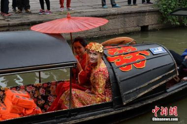 Ukraine bride has traditional wedding in ancient Chinese town