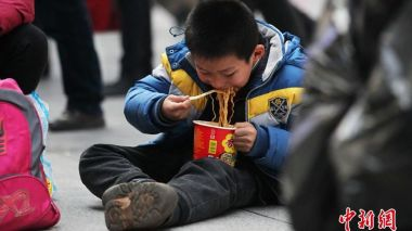 42.8% of Chinese tourists pack instant noodles when they travel abroad