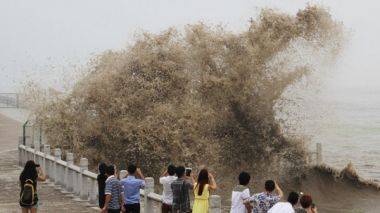 World's largest tidal bore entertains Chinese tourists