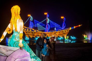 3,000 Chinese lanterns transform UK stately home into winter wonderland