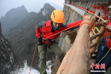 "Chinese ""Spiderman"" battles trash mountain"