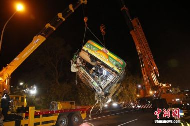 33 killed after coach overturns in Taiwan