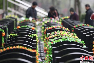 Chinese cemeteries offer online tomb-sweeping services during Qingming Festival
