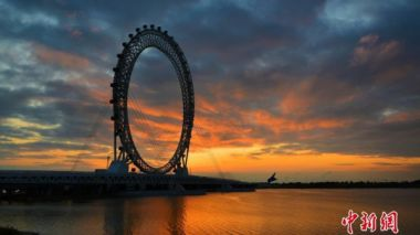 World's largest spokeless Ferris wheel goes into operation in east China