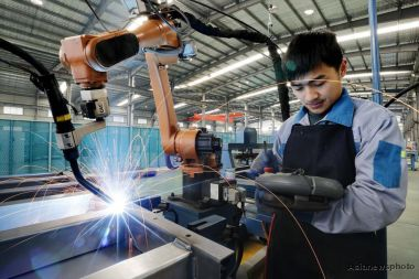China's manufacturing activity falls in December amid trade tensions