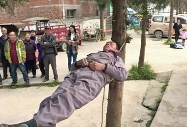 Rope sleeping man returns to dazzle onlookers