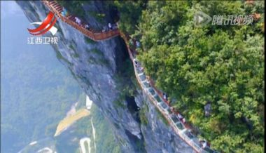 ​Terrifying cliffside walkway welcomes tourists in China