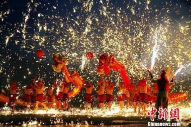 Traditional fire dragon dance performs in Taiwan