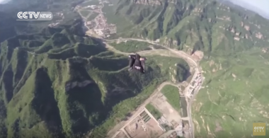 Daredevil flies wingsuit over Great Wall of China